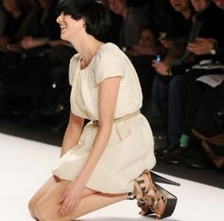 Погледнете ги најсмешните падови на модните писти