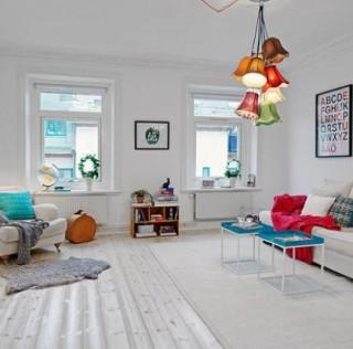 Пријатен апартман со шарени акценти врз белата основа