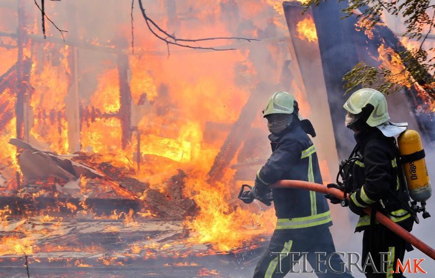 ПЕПЛОСАНИ МАКЕТИ ОД ПОСТЗЕМЈОТРЕСНО СКОПЈЕ  До темел изгореа бараките во Карпош  гаснеа десетици пожарникари  ВИДЕО ФОТО